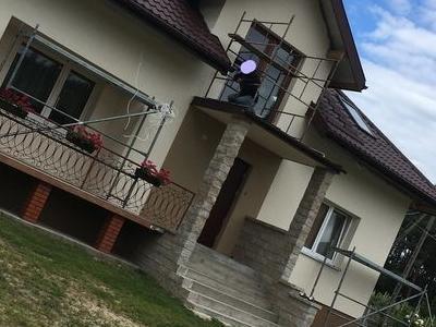 biały dom z brązowym dachem