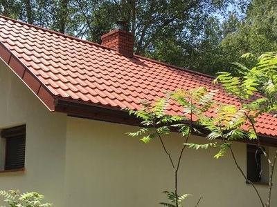 dom z brązowym dachem