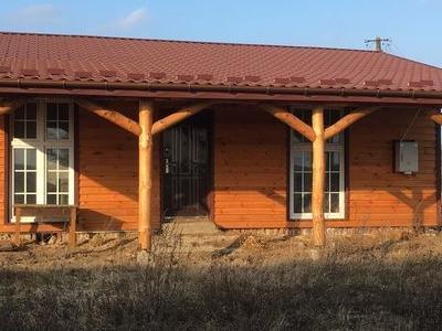 budynek z brązowym dachem